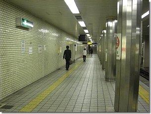 地下鉄千日前線阿波座駅プラットフォーム