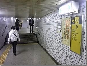 25号出口へ向かう地下通路