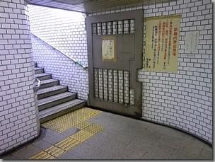 25号出口より地上に出る階段